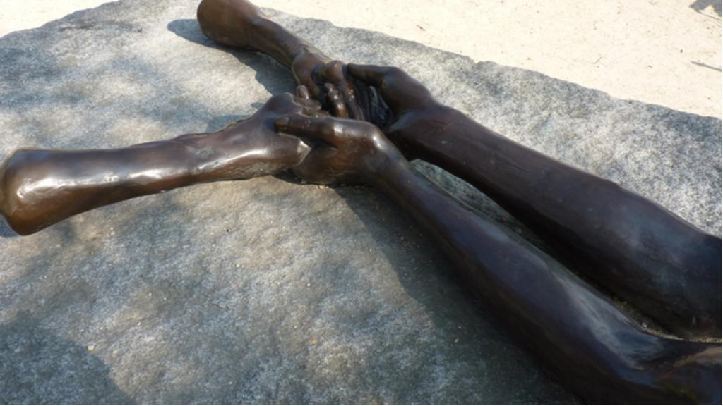 "La sculpture ""Welcoming Hands"""