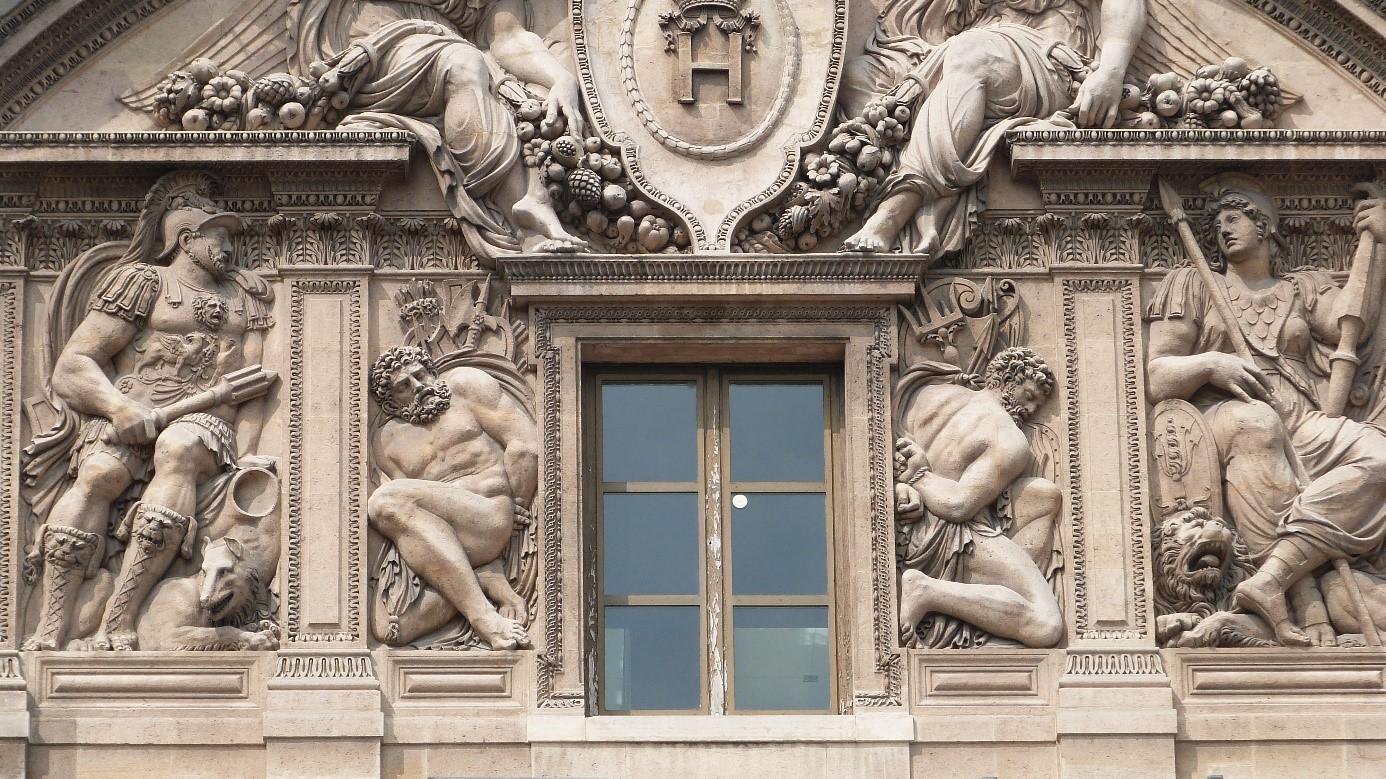 Les bas reliefs de la fen tre centrale for Fenetre louvre